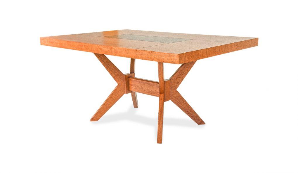 Mesa de comedor en madera de seike color miel con café, lienal