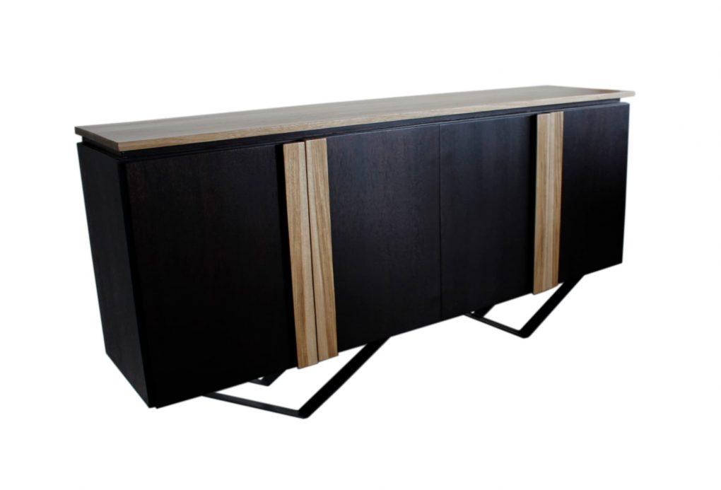 Bufetero lineal color wengué con unas finas lineas color madera natural de laurel en las puertas que contrastan perfectamente con el tablero completo color madera, muebles lineales, muebles de comedor, mesas, sillas de comedor, muebles personalizados, Quito, Ecuador