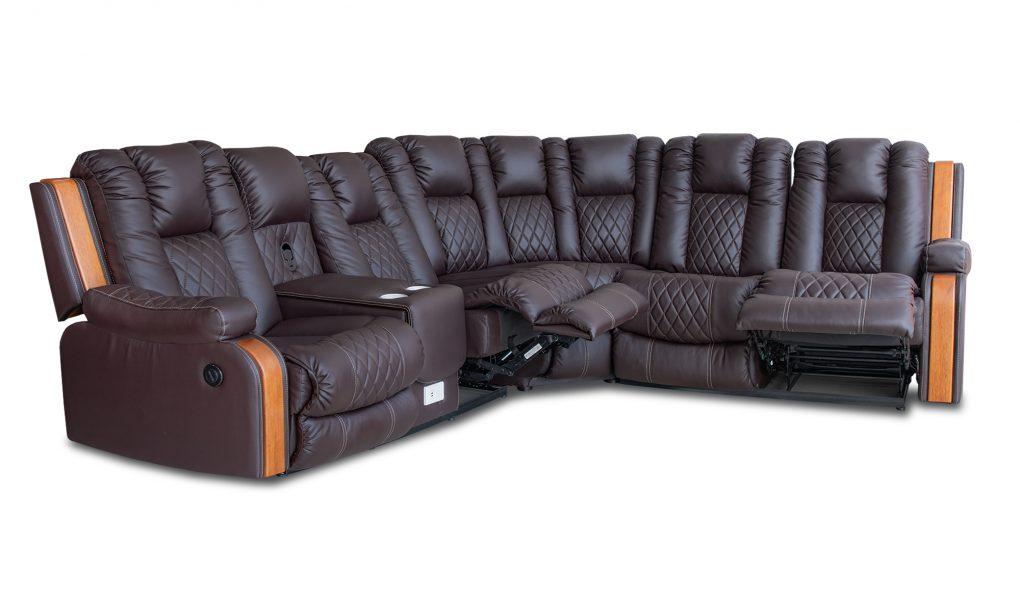 Sala Seccional con asientos reclinables mecánicos y eléctricos en microcuero y con detalles especiales en los brazos con madera de seike color Miel