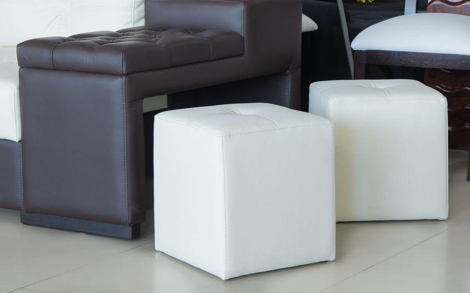 Sala lineal moderna en cuero sintético con elegantes cabeceras reclinables en tres niveles, tiene además un botellero secreto y dos puff como asientos auxiliares