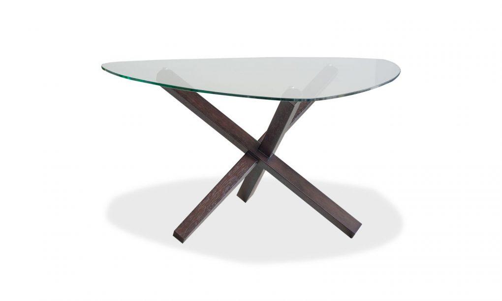 Mesa de vidrio en forma triangular con madera sólida de seike en color wengué